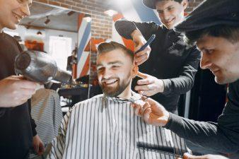 foto-de-homem-no-salao-de-beleza-cortando-cabelo-e-fazendo-a-barba