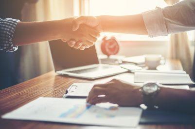 foto-de-empreendedor-dando-as-maos-ao-contador-que-vai-auxiliar-no-processo-de-abrir-uma-empresa