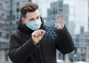 foto-de-homem-com-mascara-avaliando-dados-sobre-os-impactos-do-coronavirus-nas-micro-e-pequenas-empresas