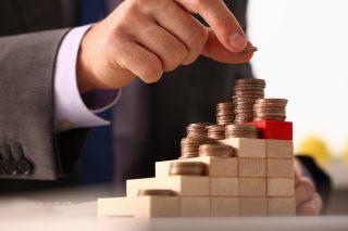 foto-de-pessoa-fazendo-montes-de-moedas-apos-captar-recursos