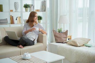 foto-de-mulher-sentada-no-sofa-para-ilustrar-o-home-office