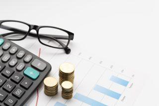 foto-de-graficos-calculadora-moedas-e-oculos-para-ilustrar-a-organizacao-financeira