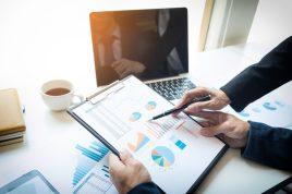 foto-de-pessoas-analisando-graficos-referentes-ao-valuation-de-empresas