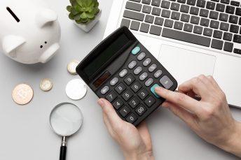 foto-de-pessoa-usando-calculadora-para-apurar-valor-para-anuncio-de-venda-de-empresa