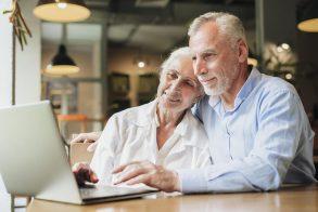 foto-de-idosos-realizando-a-avaliacao-de-empresas-digital