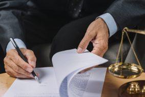 foto-de-socio-assinando-protocolo-para-cisao-de-empresas