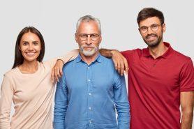 foto-de-pai-e-dois-filhos-para-simbolizar-a-sucessao-de-empresa-familiar-ilustrando-o-artigo-sobre-compradores-de-empresas