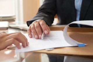 foto-de-pessoa-apresentando-o-contrato-de-compra-e-venda-de-empresas-para-outra