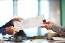 foto-de-uma-pessoa-entregando-o-contrato-de-compra-e-venda-de-empresas-para outra