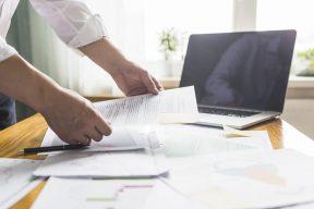 foto-de-contrato-de-compra-e-venda-de-empresas-diante-de-outros-documentos