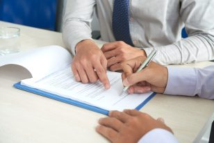 fotos-de-pessoas-assinando-o-contrato-de-compra-e-venda-de-empresas