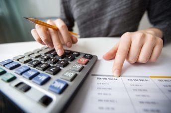 foto-de-pessoa-calculando-quanto-vale-sua-empresa