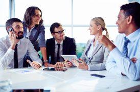 foto-de-empresarios-diante-de-consultores-conhecendo-erros-para-evitar-quando-vender-uma-empresa