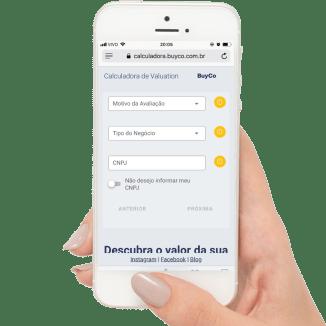foto-de-celular-na-mao-de-pessoa-acessando-a-calculadora-de-valuation