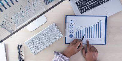 foto-de-pessoa-analisando-grafico-para-descobrir-o-valor-da-empresa