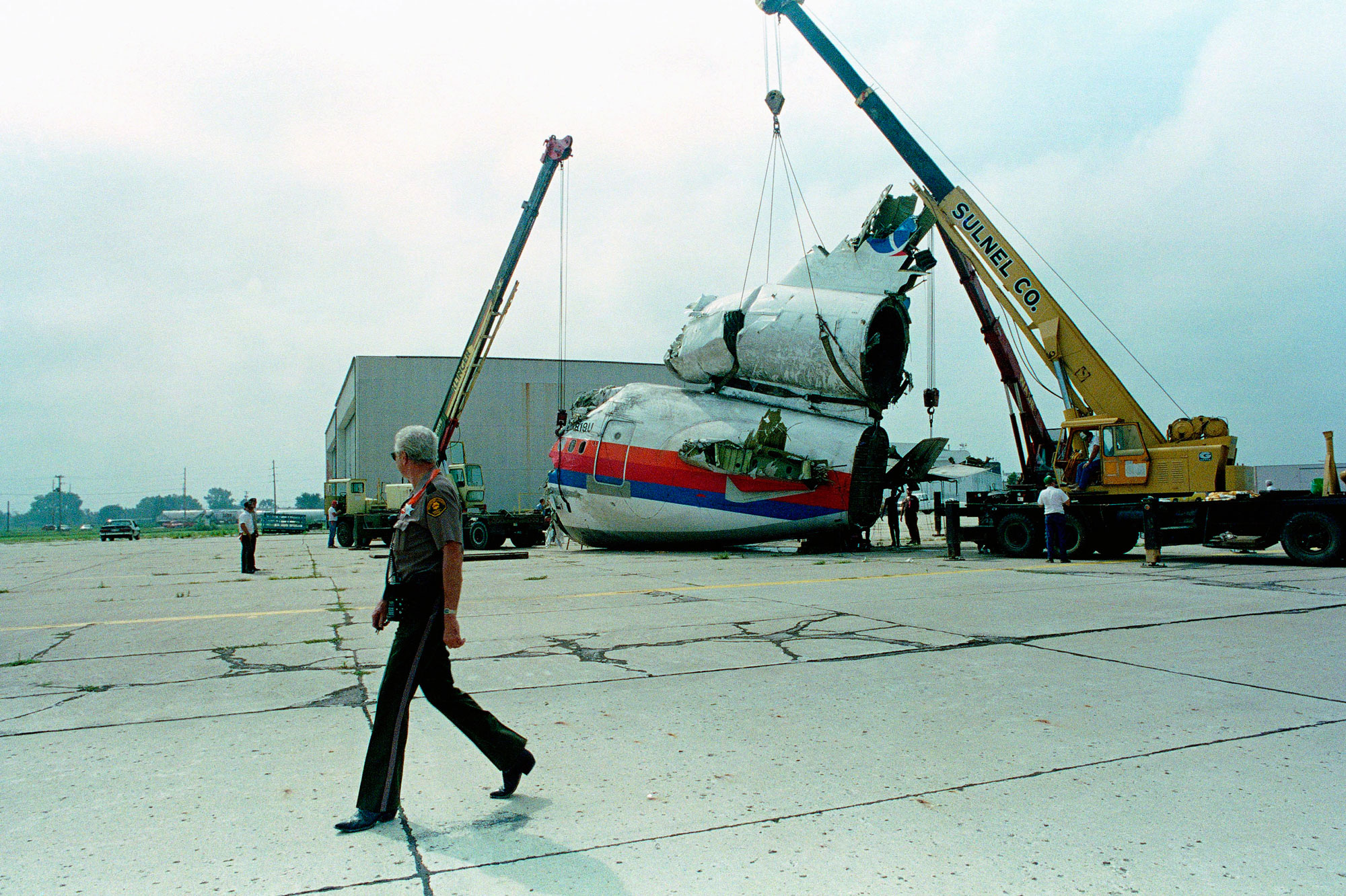 <p>Cranes hold the tail section of the United Airlines DC-10 upright Sunday, July 23, 1989, four days after it crash landed at the Sioux City Airport in Iowa, killing 112 people.</p>
