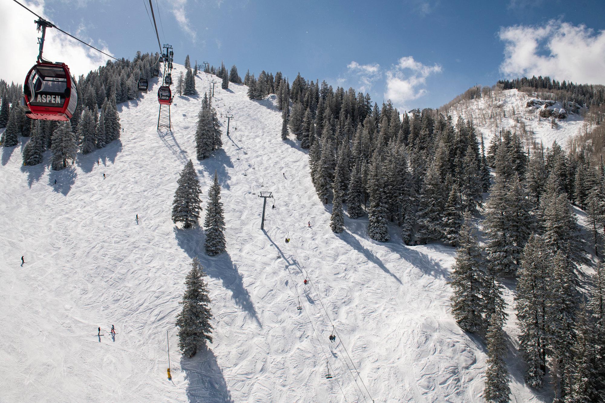ASPEN-MOUNTAIN-SKIING-TOURISM