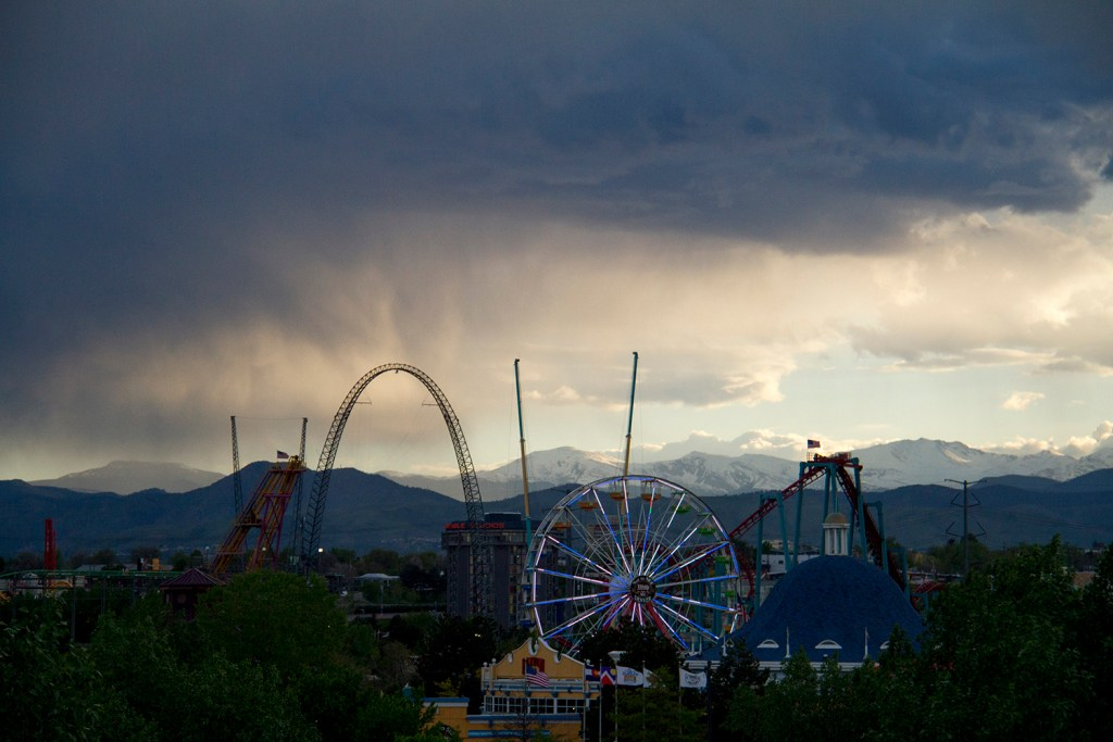 Elitch Gardens at sunset. (Kevin J. Beaty/Denverite)  elitch gardens; sunset; amusement park; fun; denver; denverite; colorado; kevinjbeaty