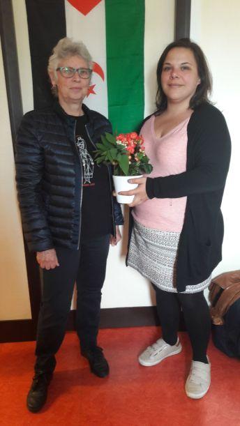 Sarah Misselin secrétaire de la section PC d'Ivry apporte à Claude en avant première le muguet porte bonheur.