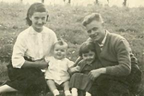 Amper een paar maanden oud en al een stevige verschijning. Hier samen met moeder, vader en zuster (1959)