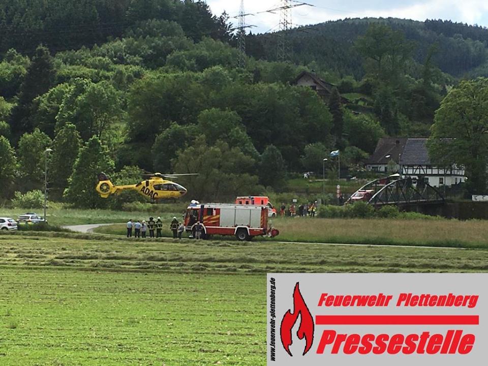 OT-Hilfringhausen. Fahrradunfall auf Brücke bei Hilfringhausen. Rettungshubschrauber im Einsatz