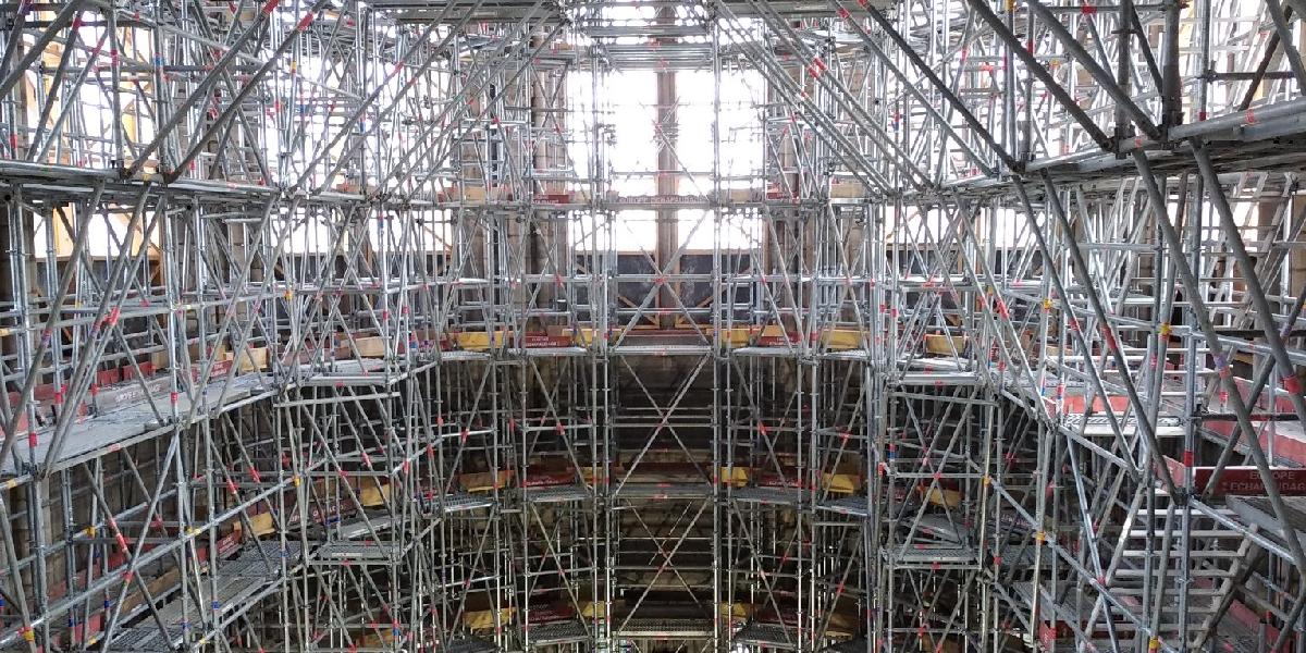 Une cathédrale de fer dans une cathédrale de pierre