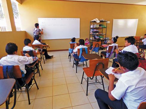 Estudiantes bolivianos de liceo de Arica retornan a clases tras alejamiento de director discriminador