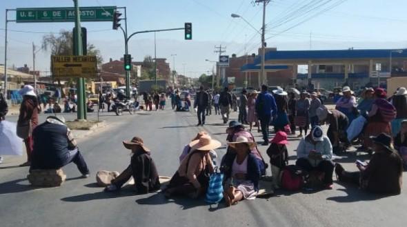 Padres de familia bloquean la zona sur pidiendo seguridad en las unidades educativas