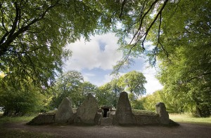 """Wayland Smithy Long barrow"" by Msemmett - Own work. Licensed under CC BY-SA 3.0 via Commons - https://commons.wikimedia.org/wiki/File:Wayland_Smithy_Long_barrow.jpg#/media/File:Wayland_Smithy_Long_barrow.jpg"