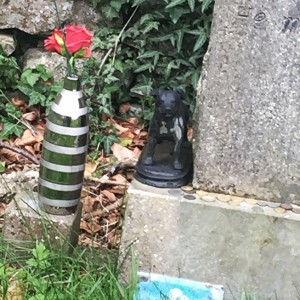 Offerings on Oliver Reed's grave photo by Lilith Dorsey. All rights reserved.