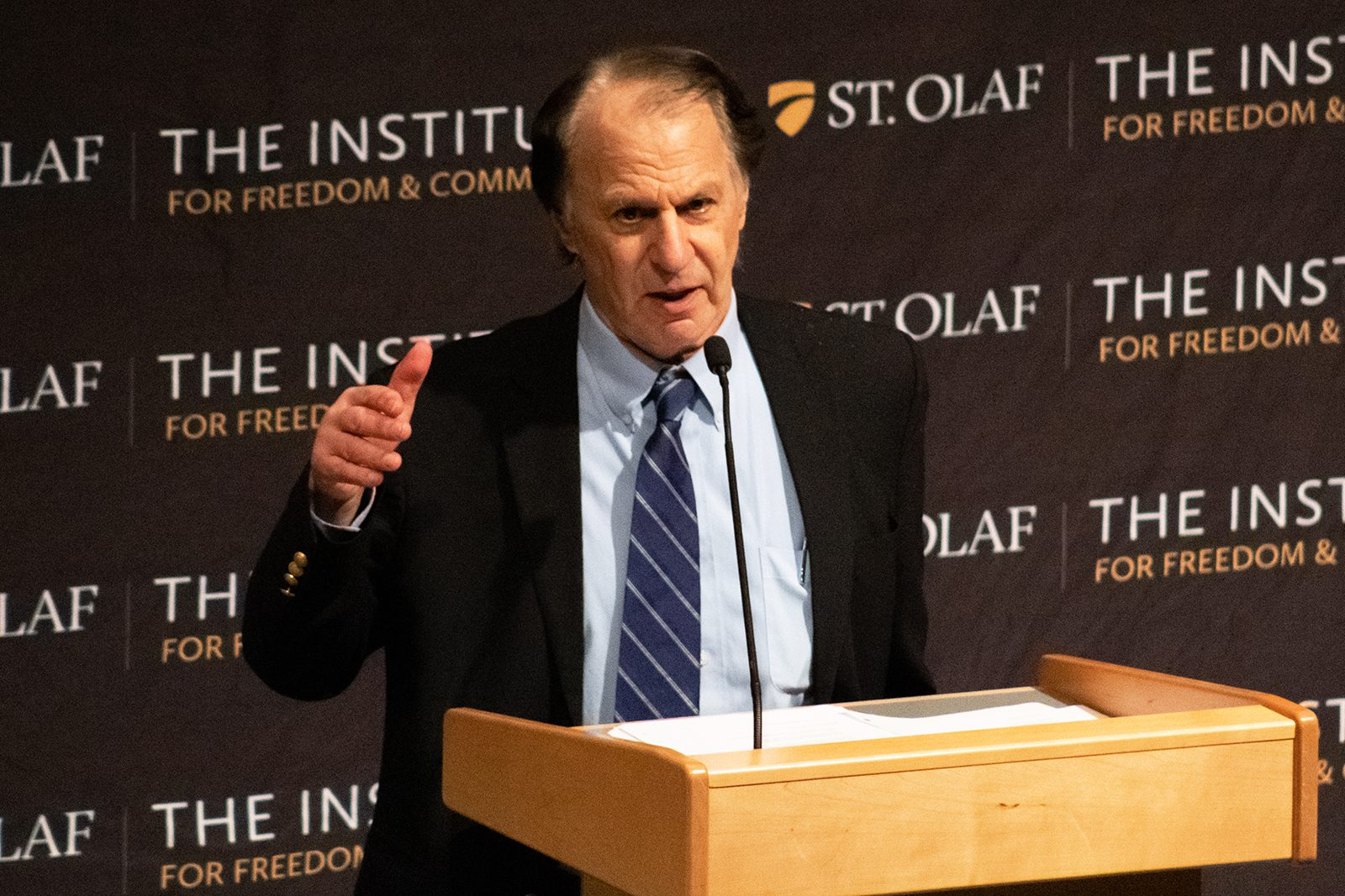 Award-winning and New York Times best-selling author John Barry speaks at St. Olaf about the history, science, and politics of pandemics. Photo by Lakaia Thornton '23