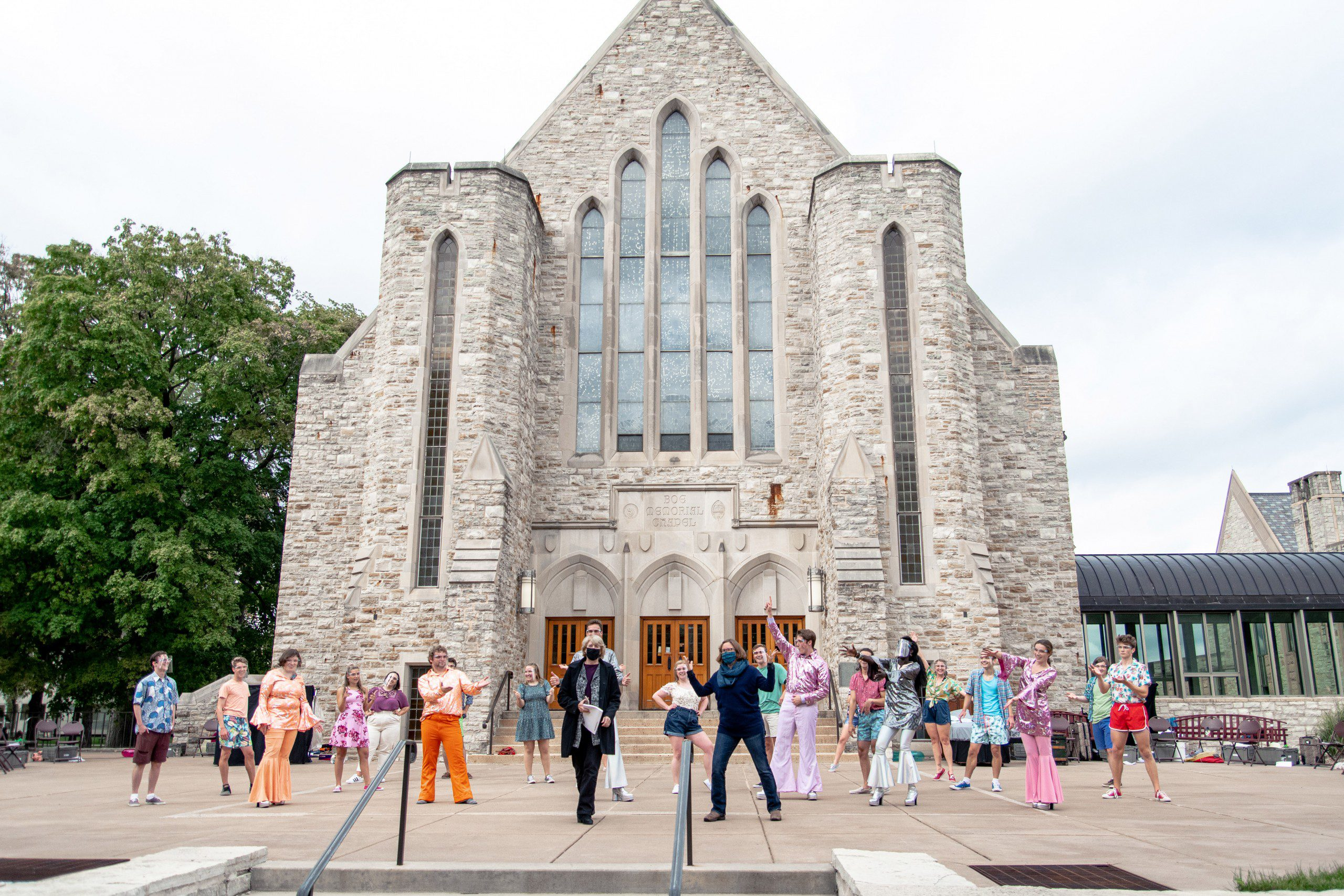 Portrait of the Mamma Mia! cast and director in front of Boe Chapel.