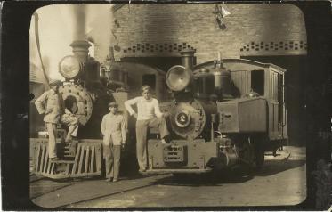 Trabalhadores e Locomotivas numero 2 e 3 - Poço 1 (05.02.1934)