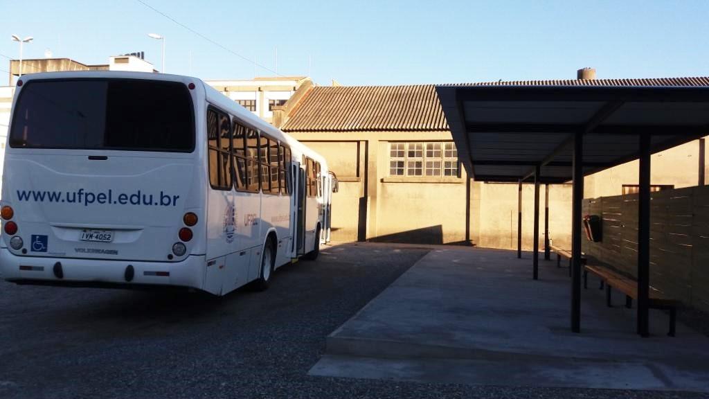 Transporte de Apoio - Abrigo para passageiros no Campus Anglo