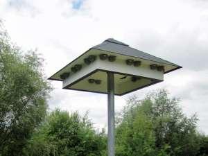 Ein Schwalbenhaus mit mehreren künstlichen Nestern, © Gaby Schulemann-Maier