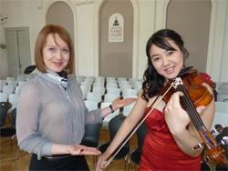 Veranstalterin Ludmilla Schmidt (li.) mit der Geigerin Leyla Siebert
