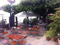 Foto zeigt den Biergarten heute mit Bierwagenversorgung