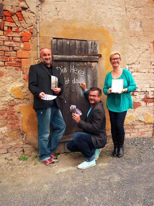 Grimms Erben Volker Schmöller-Rose (links) alias Gretel und Jens Uwe Carl alias Hänsel freuen sich mit Rosenschänkeninhaberin Evelyn Walther auf die neue Show. Copyright: MEDIENKONTOR / Franziska Märtig.