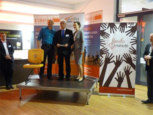 v.l.n.r. Roland Hess, Initiator der Dresdner WEITSICHT, Gewinner Ralf Riedel von SAX Finanz Consult und WEITSICHT-Projektleiterin Stephanie Mai - Bildquelle: MEDIENKONTOR