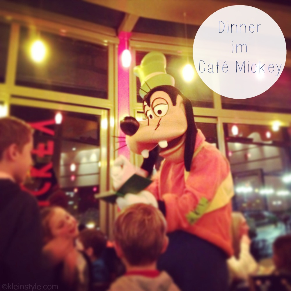 Disneyland Cafe mickey dinner goofy pic ©kleinstyle.com