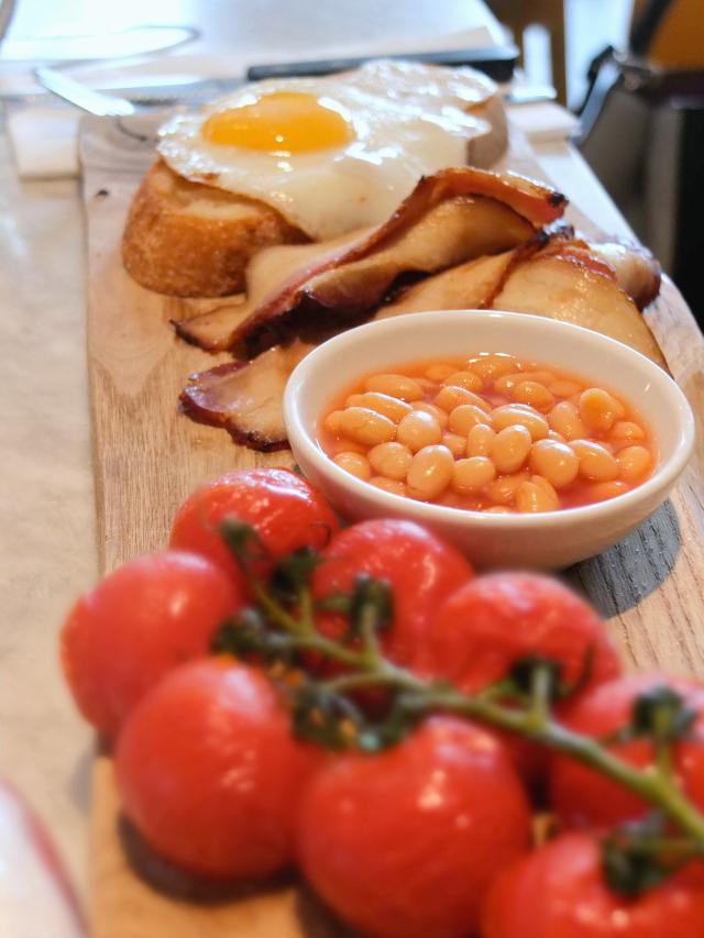 Leckeres Frühstück in Amsterdam, Speck Spiegelei Tomaten Bohnen