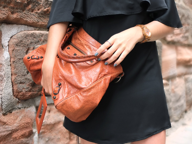 Schwarzes Off Shoulder Kleid, Balenciaga Velo Bag