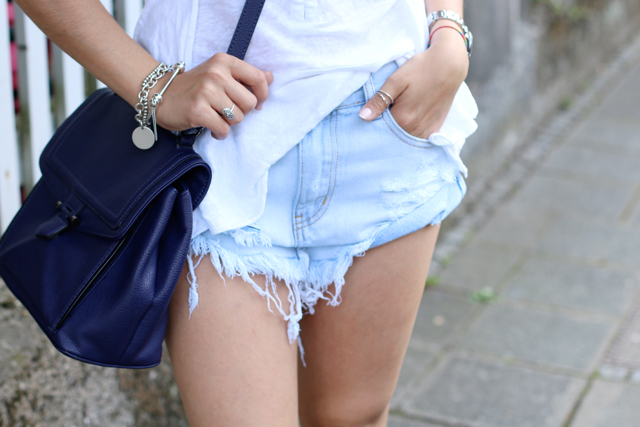 hellblaue kaputte Jeansshorts, Destroyed Denim Shorts, Destroyed Jeansshorts, Glamorour Shorts