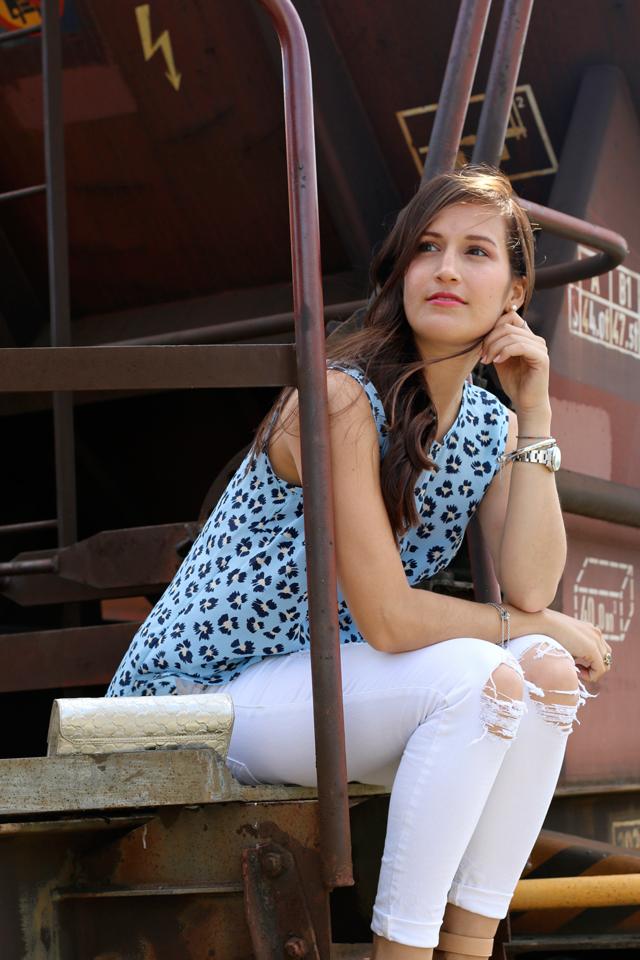 Joop Spring/Summer Kollektion 2015, Blaues Blumenshirt Seidenshirt, Weiße Skinny Jeans, Weiße Destroyed Skinny Jeans, silberne Clutch