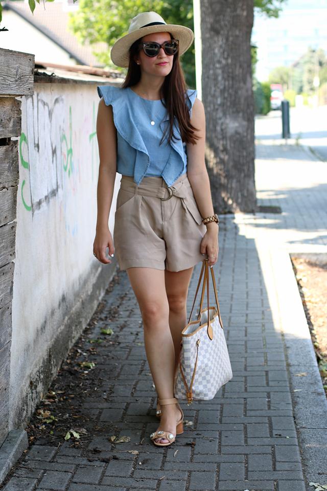 Jeans-Volanttop, blaues Jeanscroptop, beige Shorts, Strohhut, Nudefarbene Sandalen, Louis Vuitton Neverfull, Celine Caty Sonnenbrille