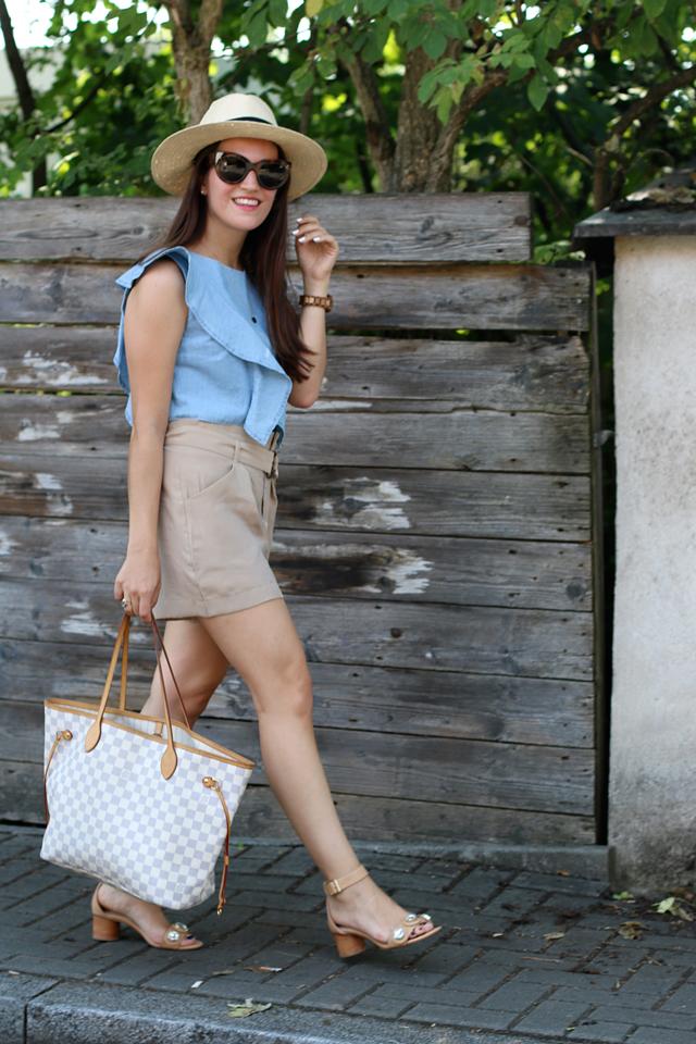 Sommerlook, Jeans-Volanttop, blaues Jeanscroptop, braune Shorts, Strohhut, Nudefarbene Sandalen, Louis Vuitton Neverfull, Celine Caty Sonnenbrille