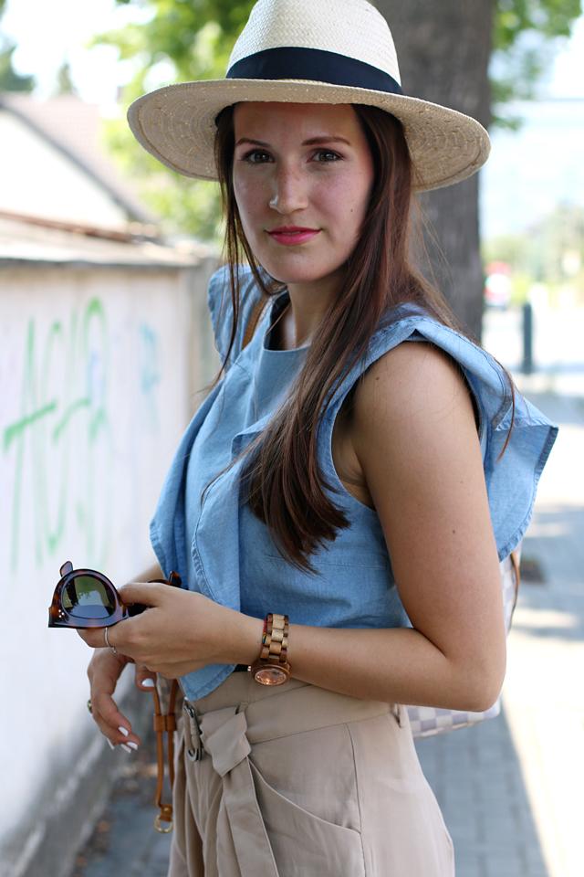 Strohhut, blaues Volanttop, beige Seidenshorts, Celine Caty Sonnenbrille, Holzuhr, Automatikuhr aus Holz
