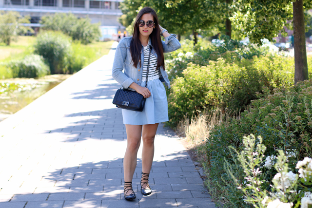 Entspannter Sommerlook, Lace Up Ballerinas, Hellblaue Jeansjacke, runde Hippiebrille