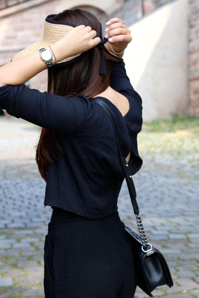 Schwarzer Jumpsuit, schwarzer Playsuit, Chanel Boy Bag, Strohhut, Sommerhut, Sommerlook mit Hut, Sommeroutfit mit Hut, schwarzes Sommeroutfit