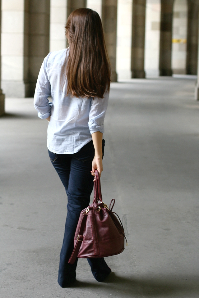 Outfit Schlaghosen, Look Flared Jeans, Outfit Bootcutjeans, Louis Vuitton V Earring Lookalike, Bootcut, weinrote Beuteltasche, gestreifte Bluse, wie Schlaghosen kombiniern, wie Flared Jeans kombinieren, flared jeans damen  flared jeans 2015  flare jeans 2015